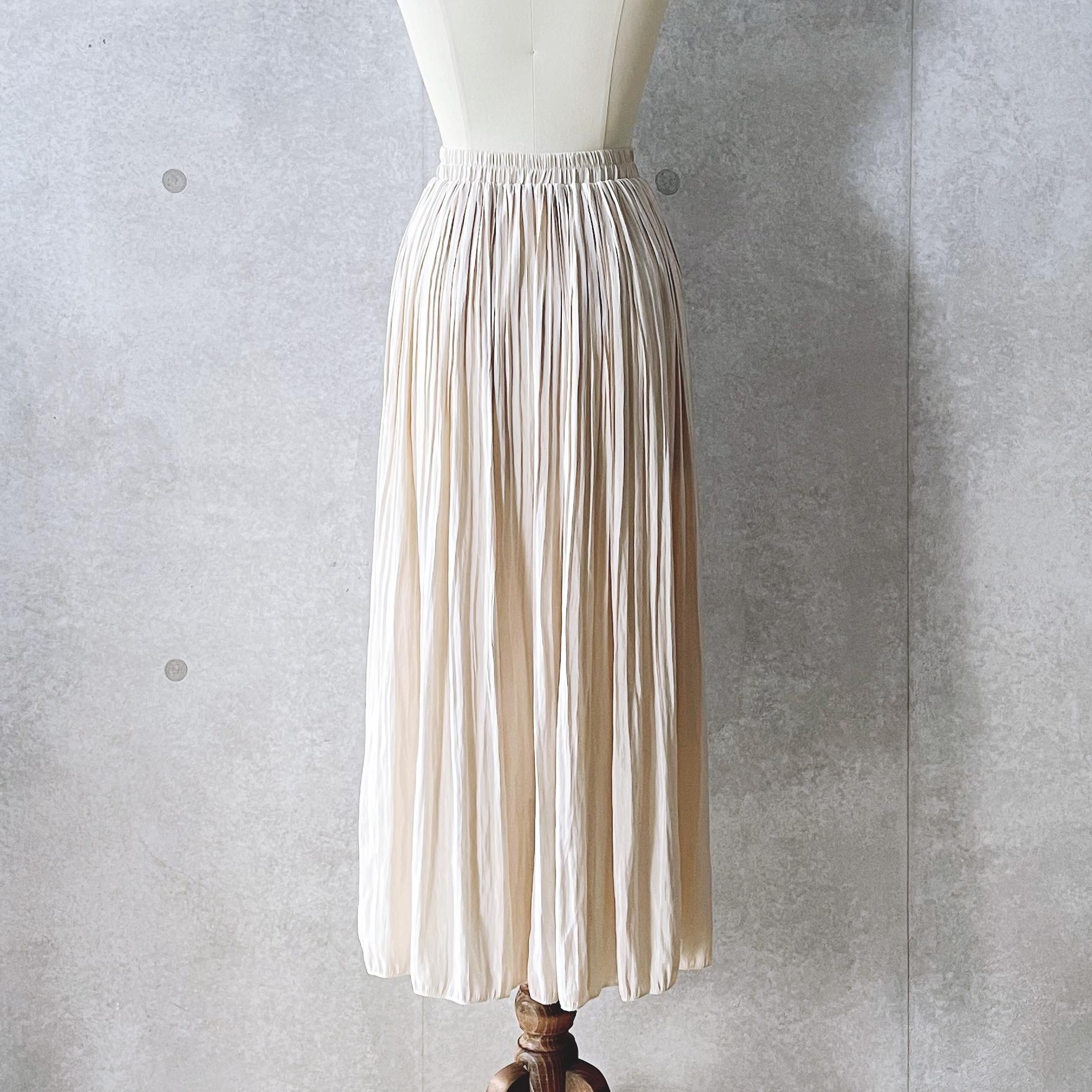 サテン調プリーツスカート