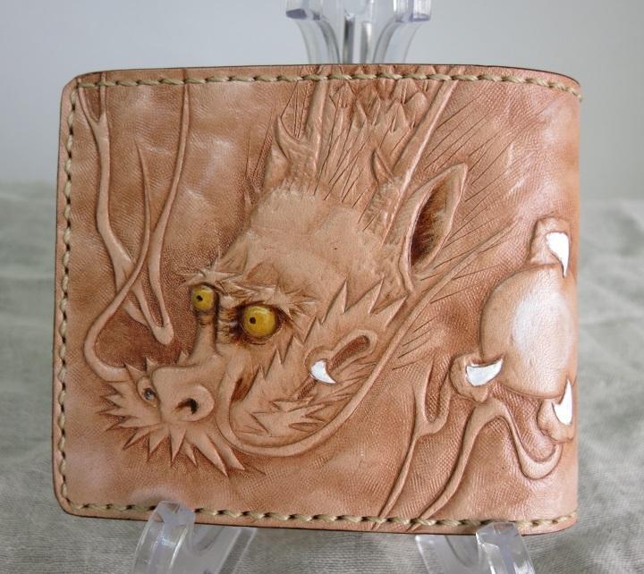 職人魂から生まれた「龍のレザーカービング財布~ハーフ」