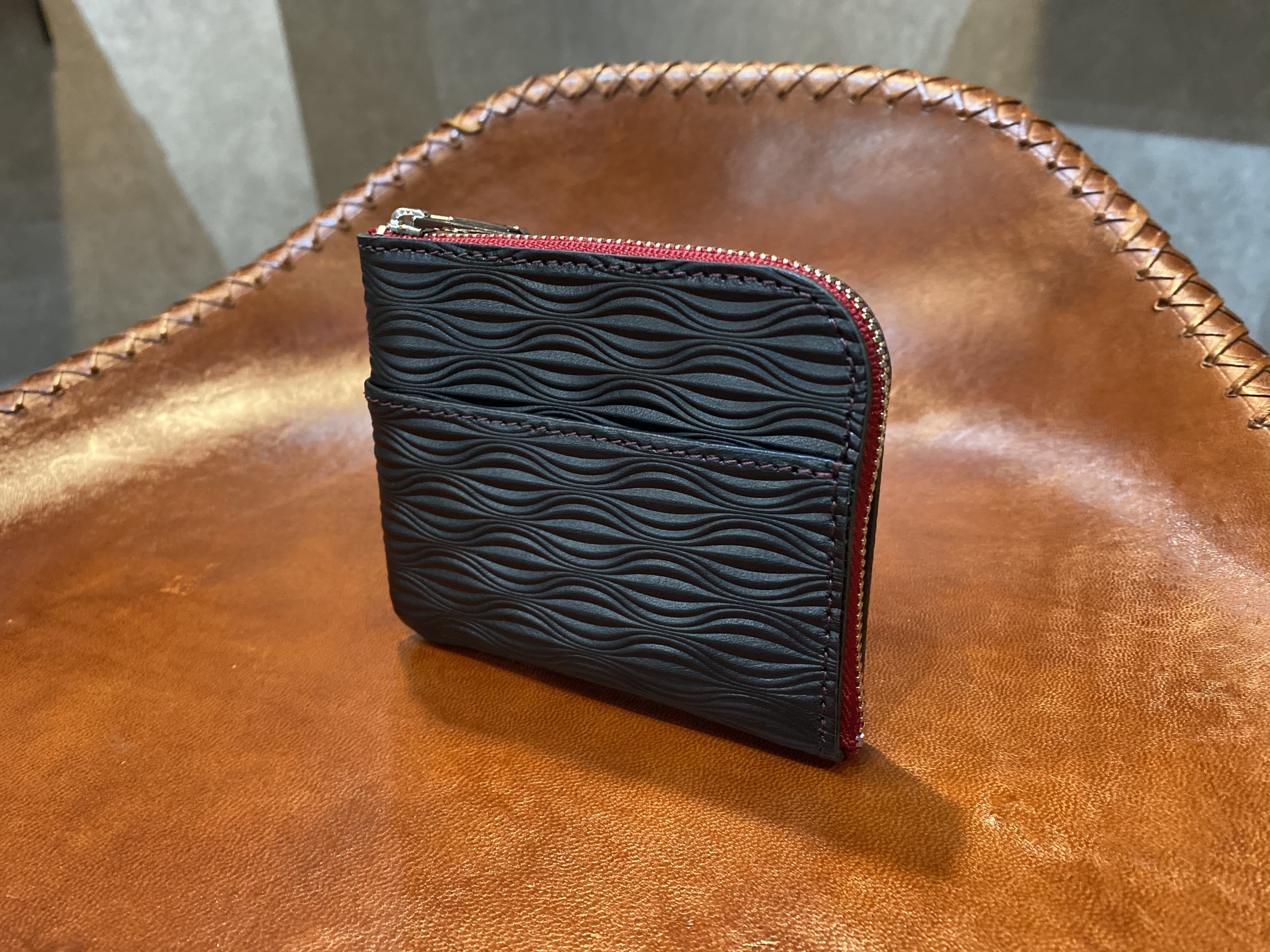 L-shaped Small Wallet: (Baby boar embosses) Color : Black