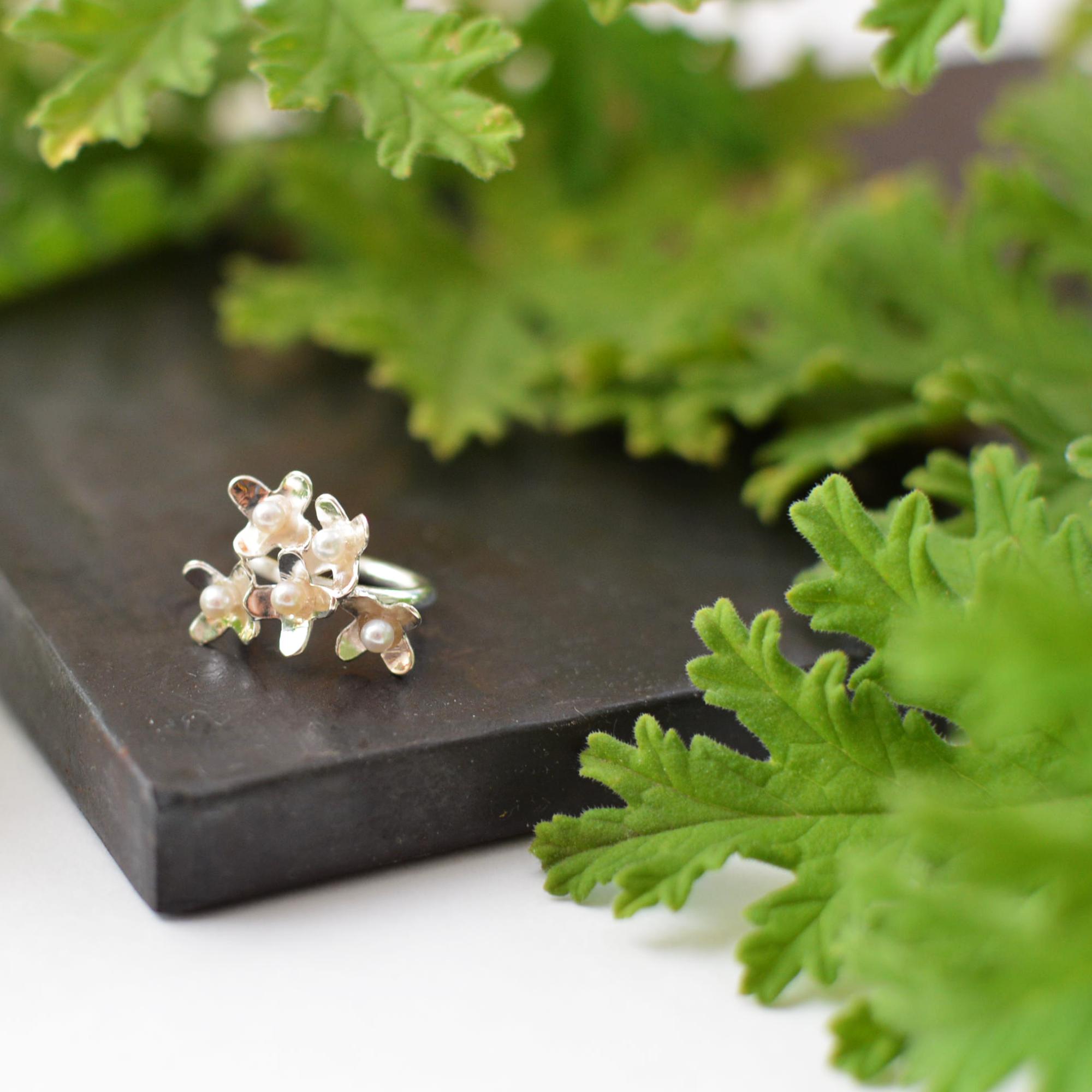 小花のイヤーカフ