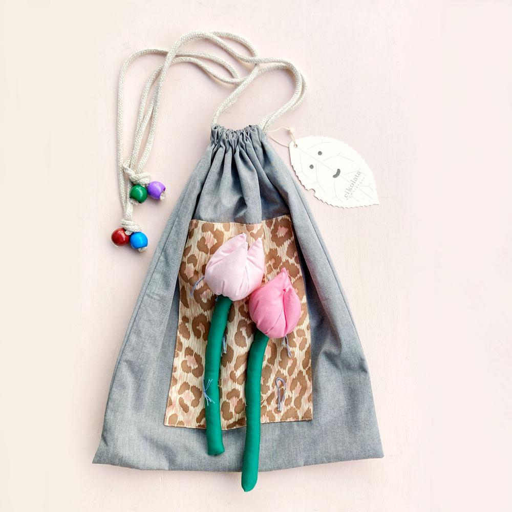チューリップが咲く巾着バッグ