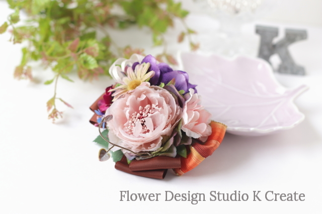 布花とオレンジの紫のアネモネのヘアクリップ 紫 パープル 秋色 ヘアクリップ バラ コスモス 髪飾り 発表会