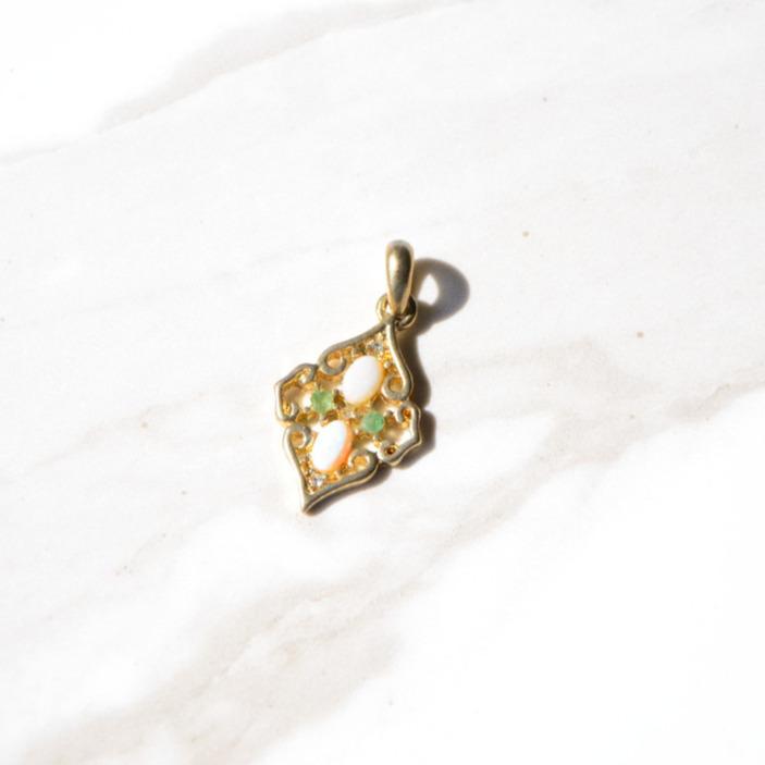 魅惑的なダイヤモンドシェイプなヴィンテージペンダントトップ