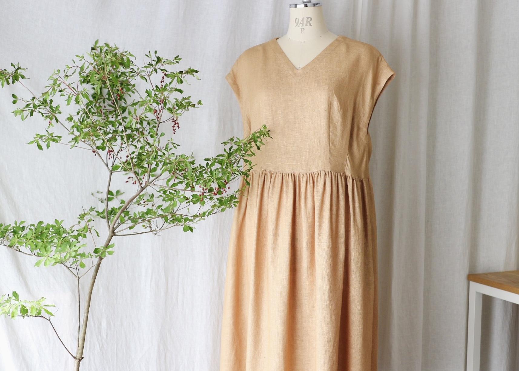 ゆったり着れてキレイに見えるフレンチスリーブタックギャザーワンピース(ニュアンスオレンジ) リネン100%