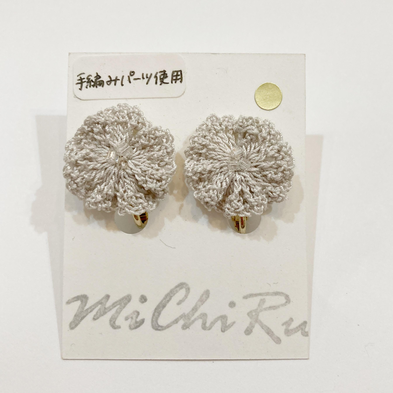 【MiChiRu】手編みの花イヤリング(グレーベージュ)