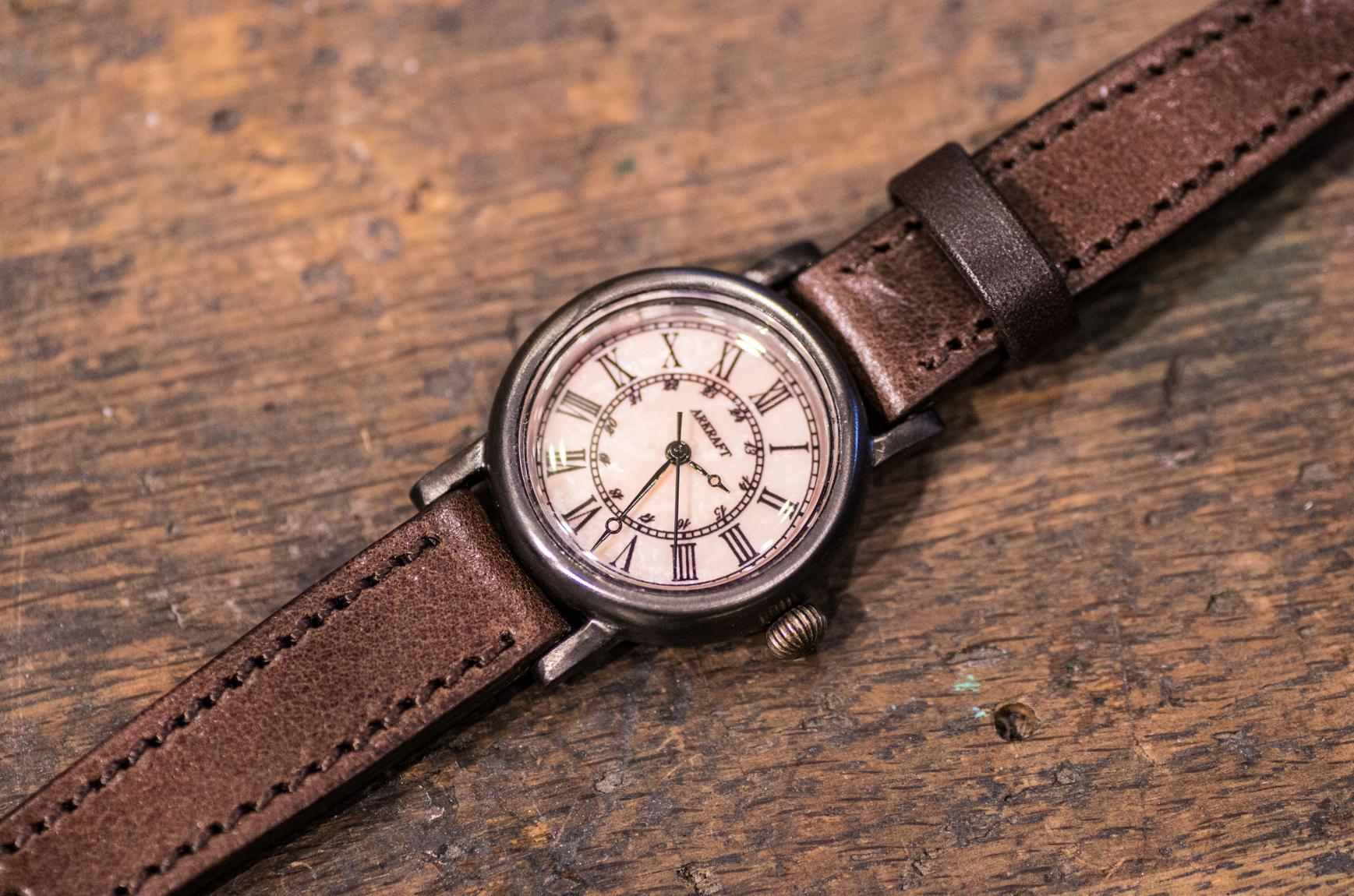 大人の女性が着けやすいピンクをテーマにした腕時計(Layla Small/店頭在庫品)