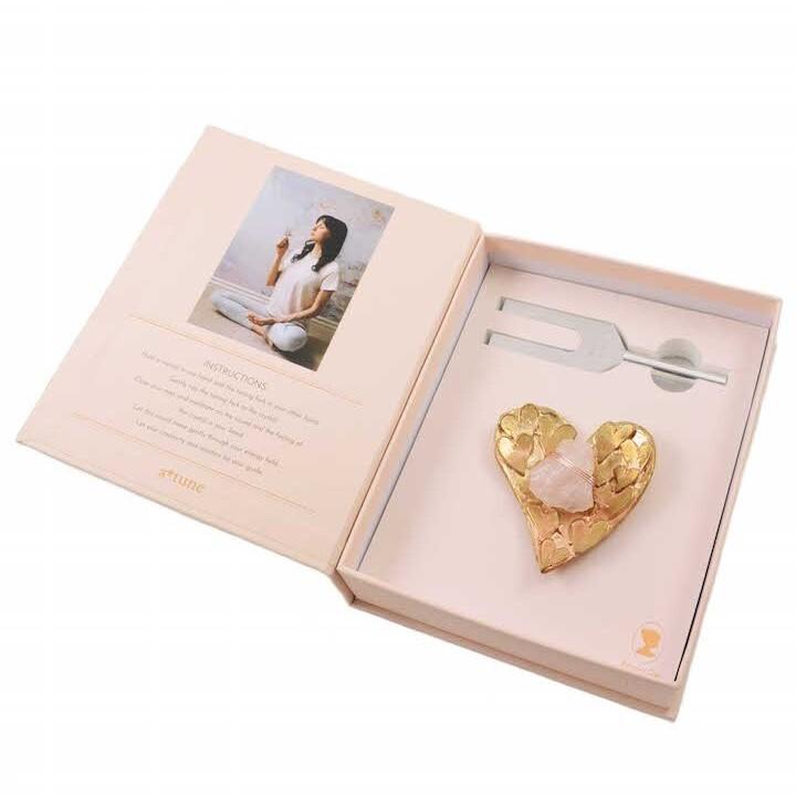 サウンドヒーリングクリスタルセット ハートクリスタルディッシュセット ゴールド/ローズクオーツ Tuning Fork and Heart Crystal Dish Set - Gold/Rose Quartz