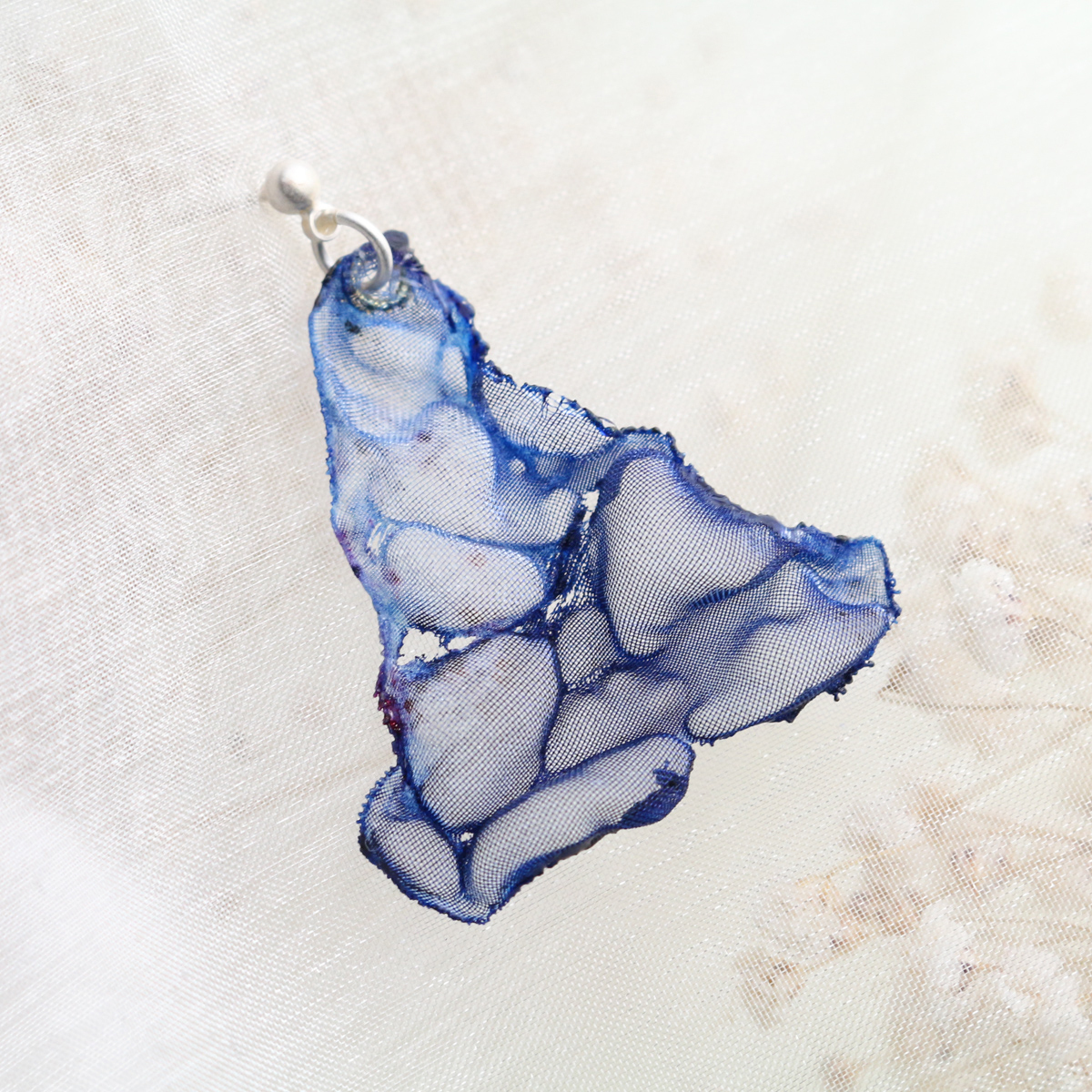 空色さんかく|染めオーガンジーの三角アートピアス