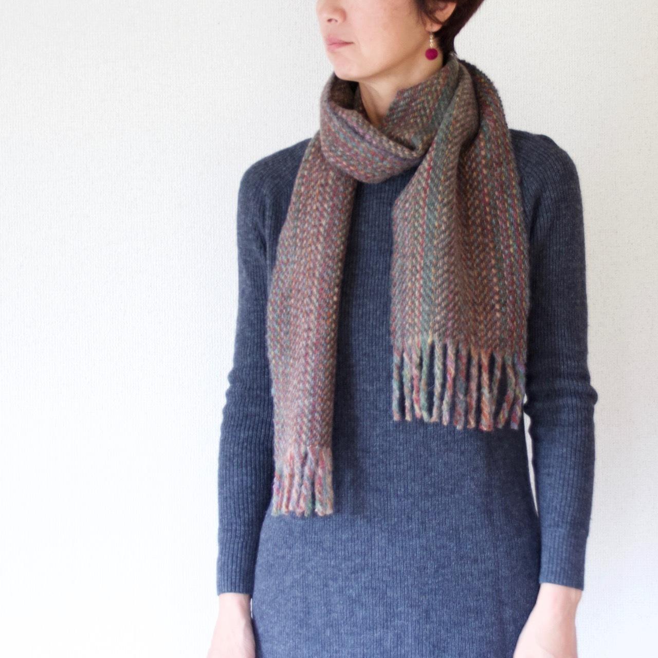 手紡ぎ手織りのマフラー〈しっかりタイプ〉(やたら縞・ダブルレインボー)