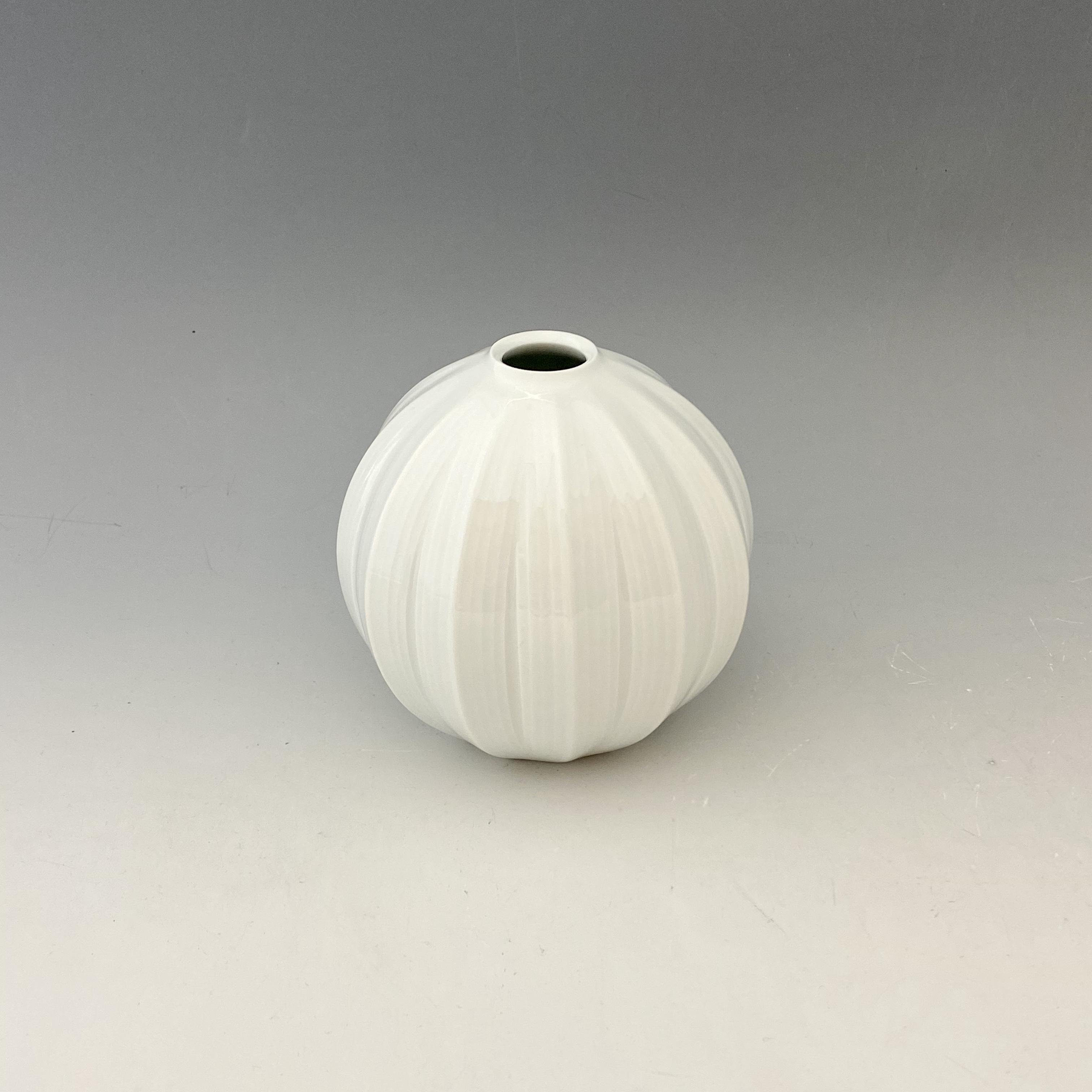 【中尾純】白磁面取線彫壺
