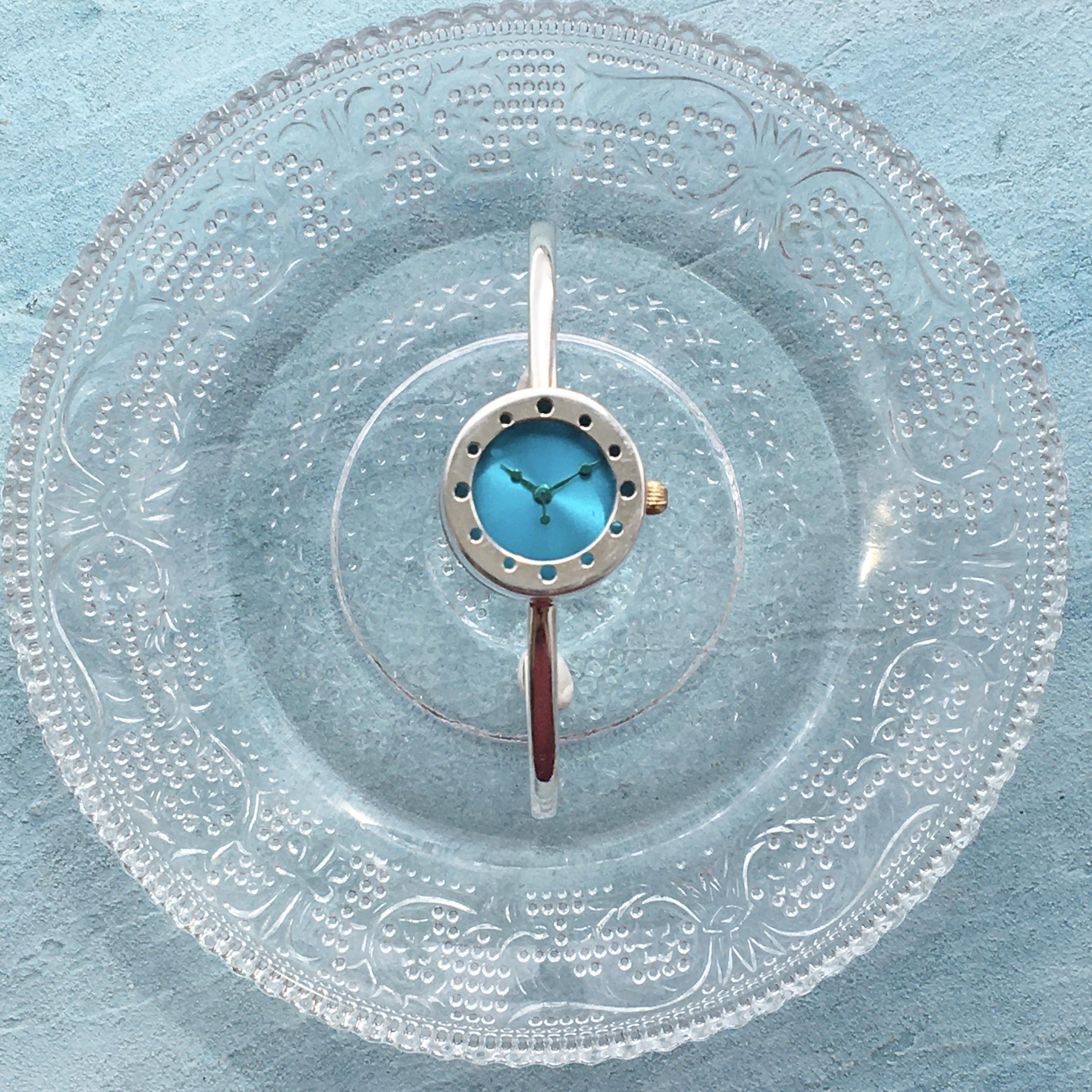 晴れやかブルーのバングル型腕時計S青