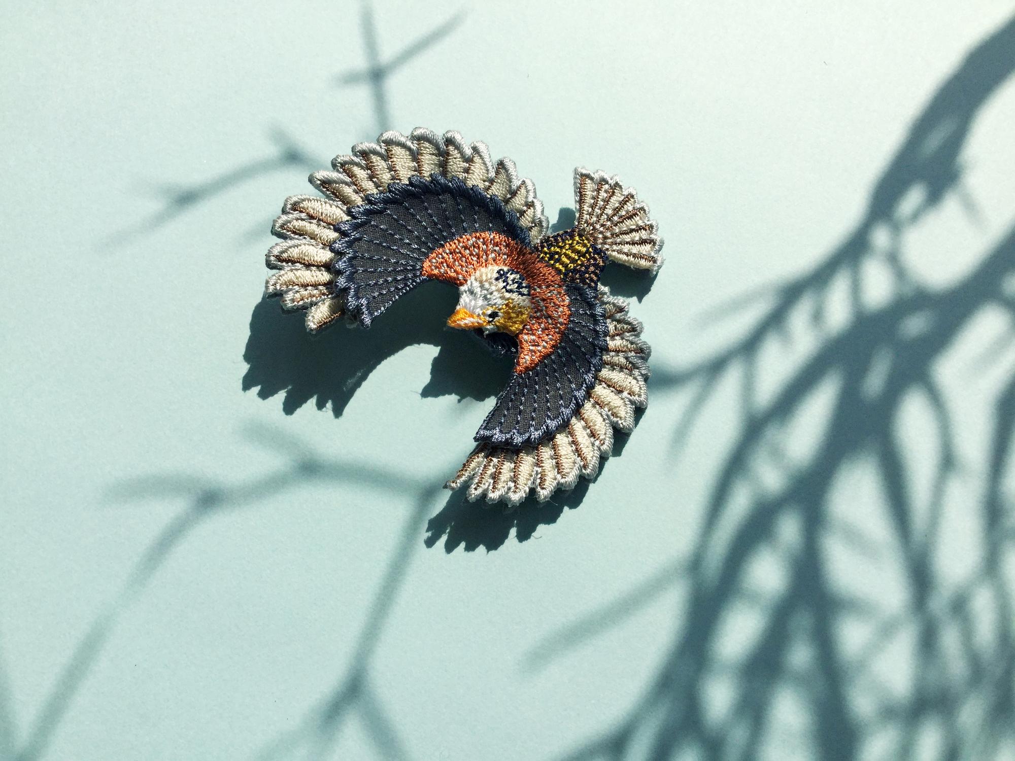 ARRO / 刺繍 ブローチ / Flying bird / grey