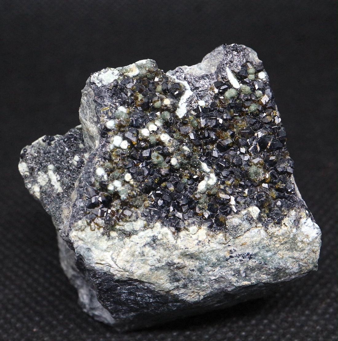 2鉱物共生 ! メラナイト トパゾライト ガーネット 灰鉄柘榴石 原石 78,3g AND063 鉱物 標本 原石 天然石