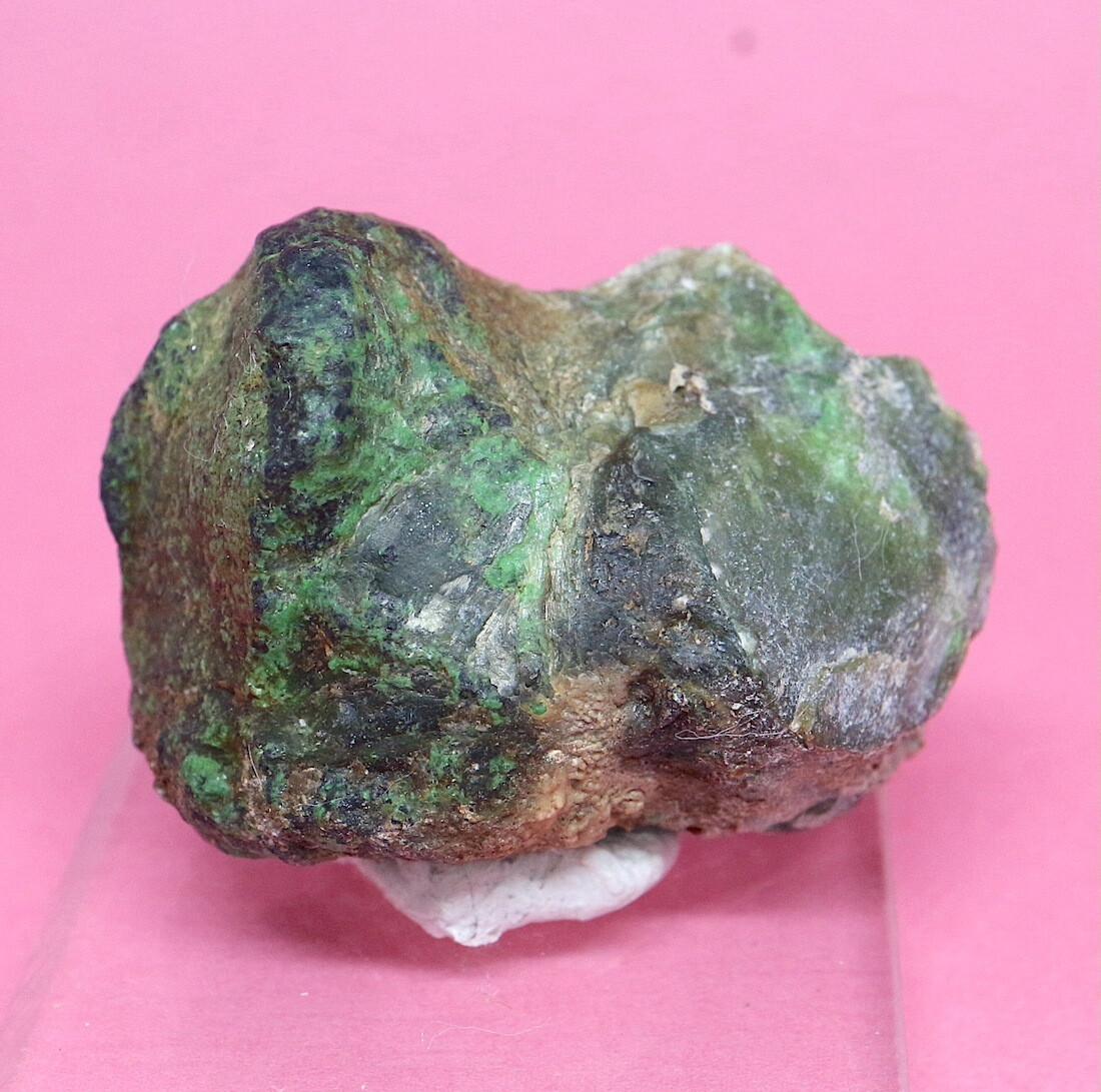 自主採掘!ウバロバイト 灰クロム柘榴石 クロム鉄鉱 グリーンガーネット カリフォルニア産 14g UV024