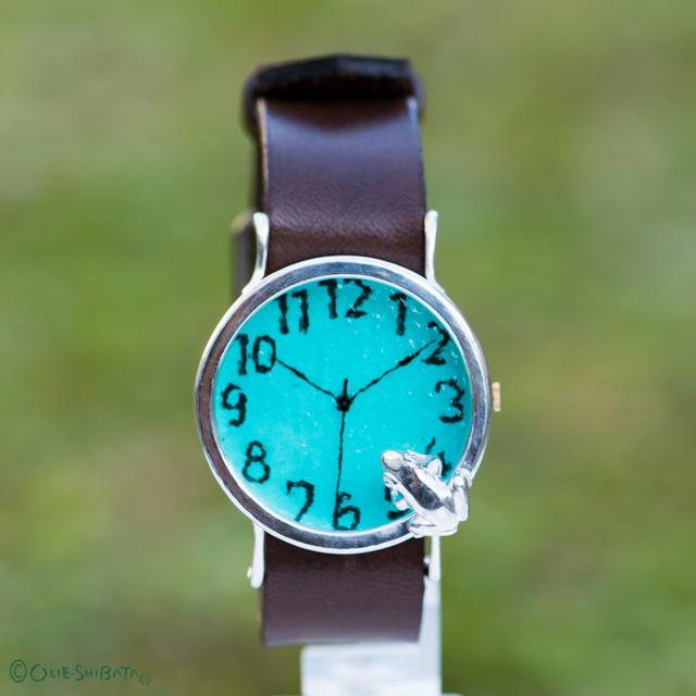 池をのぞく蛙腕時計LラムネSI