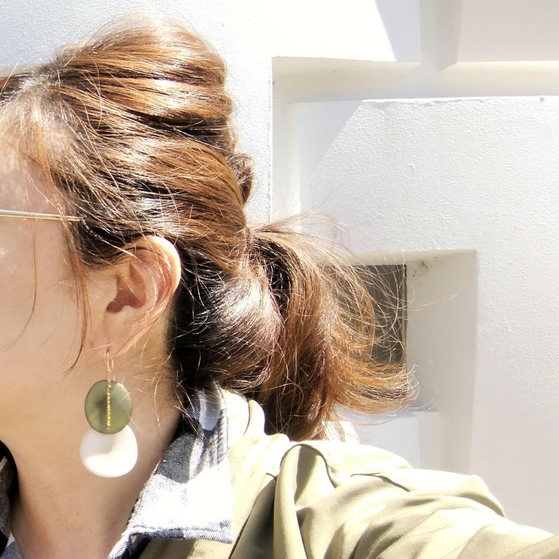 指原莉乃さん着用14kgf*Khaki x White Tagua Nuts slice pierced earring / earring