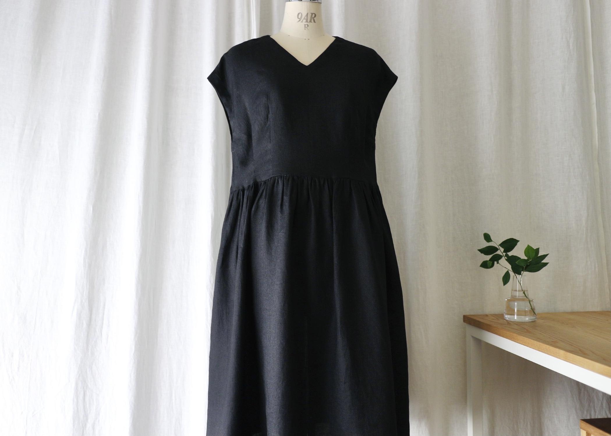 ゆったり着れてキレイに見えるフレンチスリーブタックギャザーワンピース(ヴィンテージブラック) リネン100%