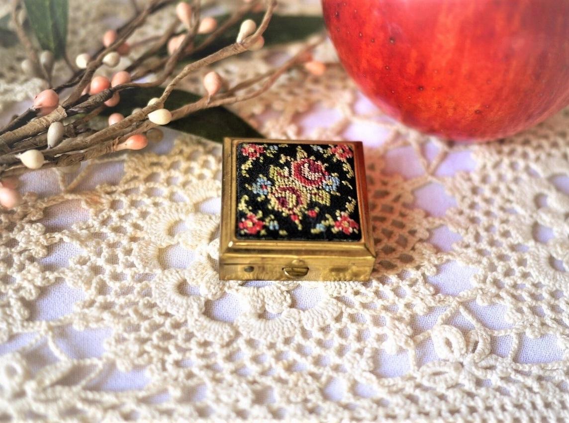 プチポワン刺繍 折りたたみ携帯用灰皿 EIN Golden Seal アッシュトレイ ドイツヴィンテージ