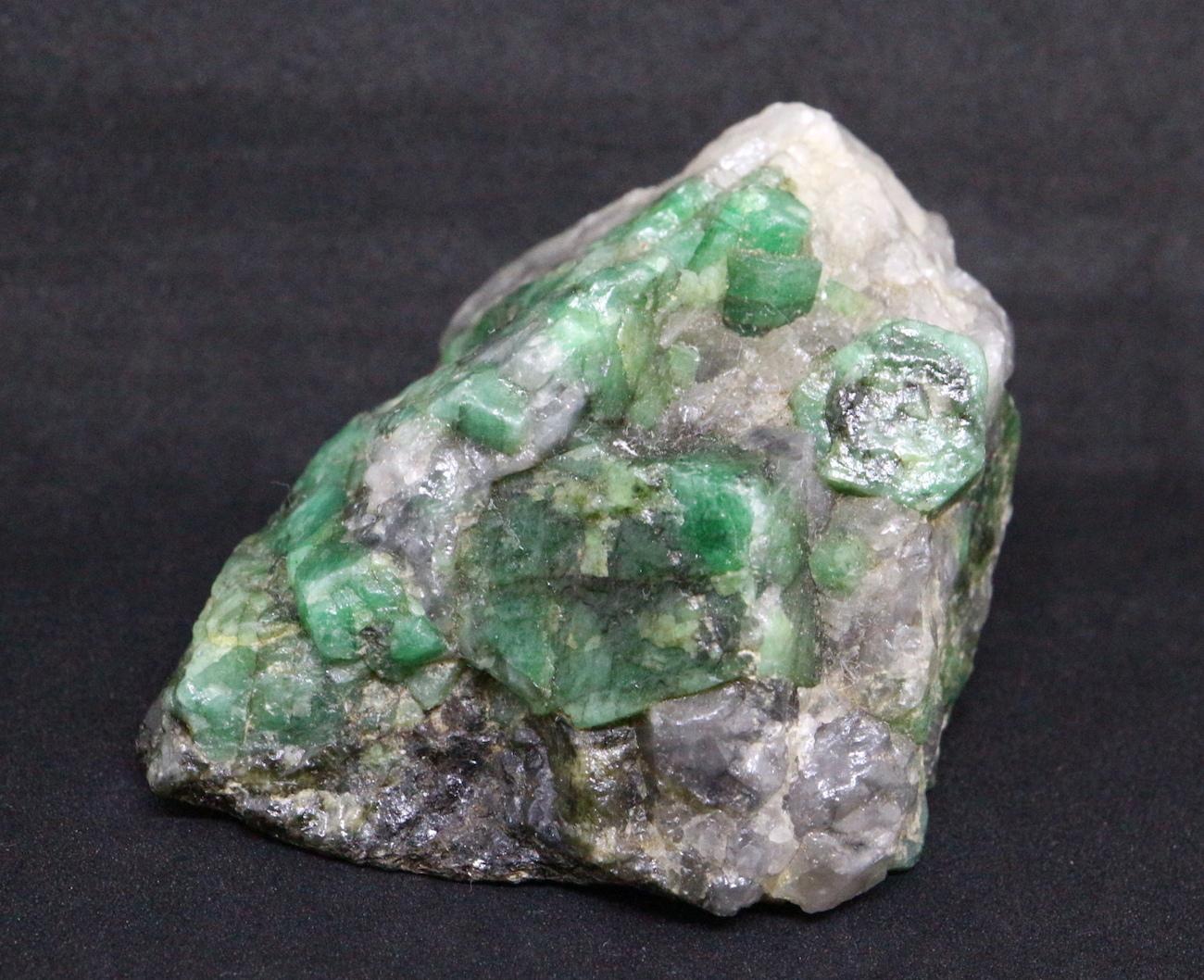 エメラルド 原石 標本 鉱物 101g ED029 ベリル 緑柱石