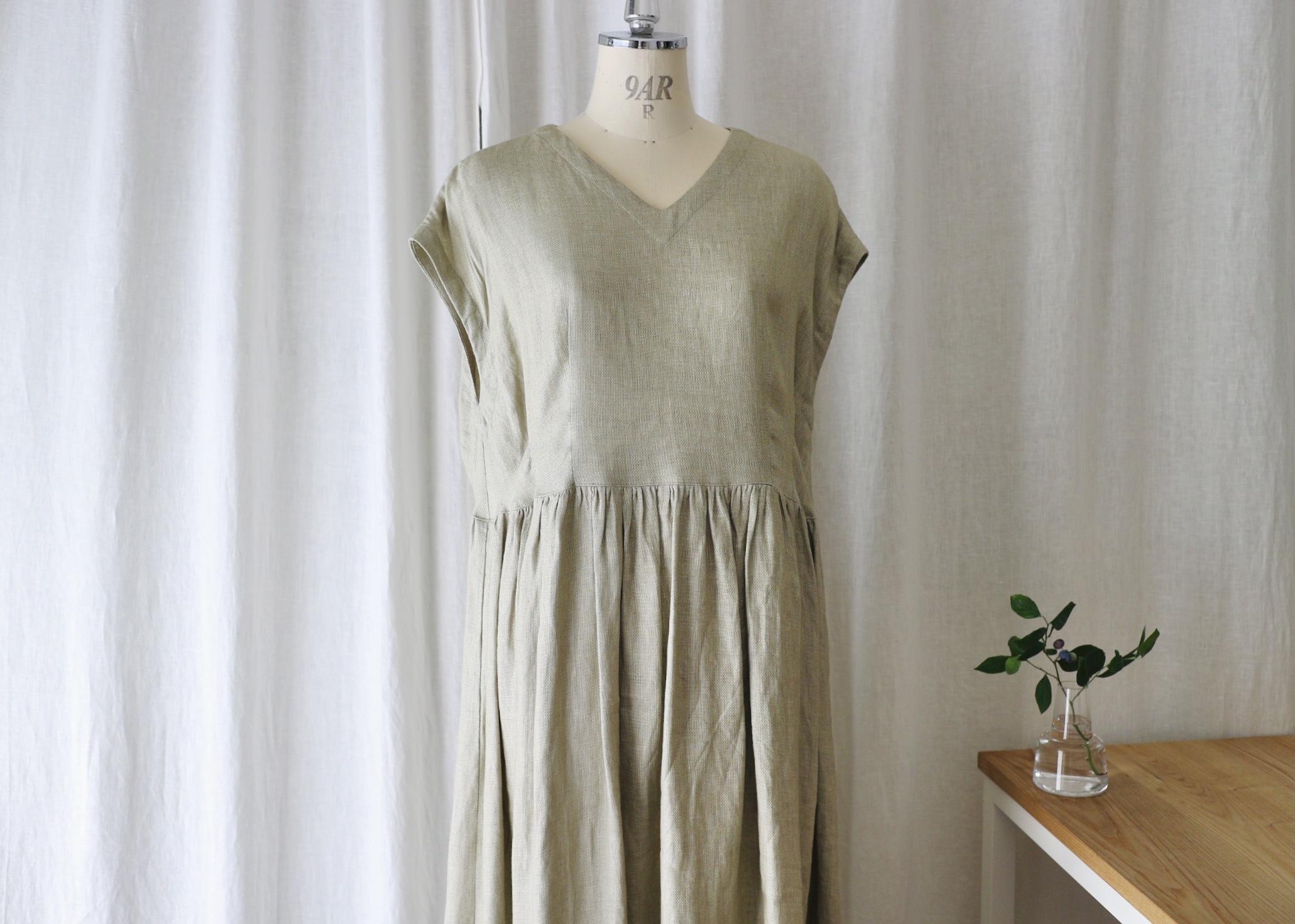 ゆったり着れてキレイに見えるフレンチスリーブタックギャザーワンピース(ニュアンスカーキ) リネン100%
