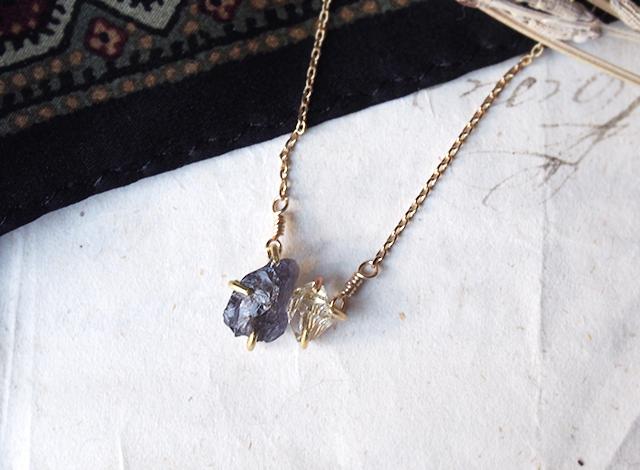 原石のアイオライトとダイヤモンドクォーツのネックレス