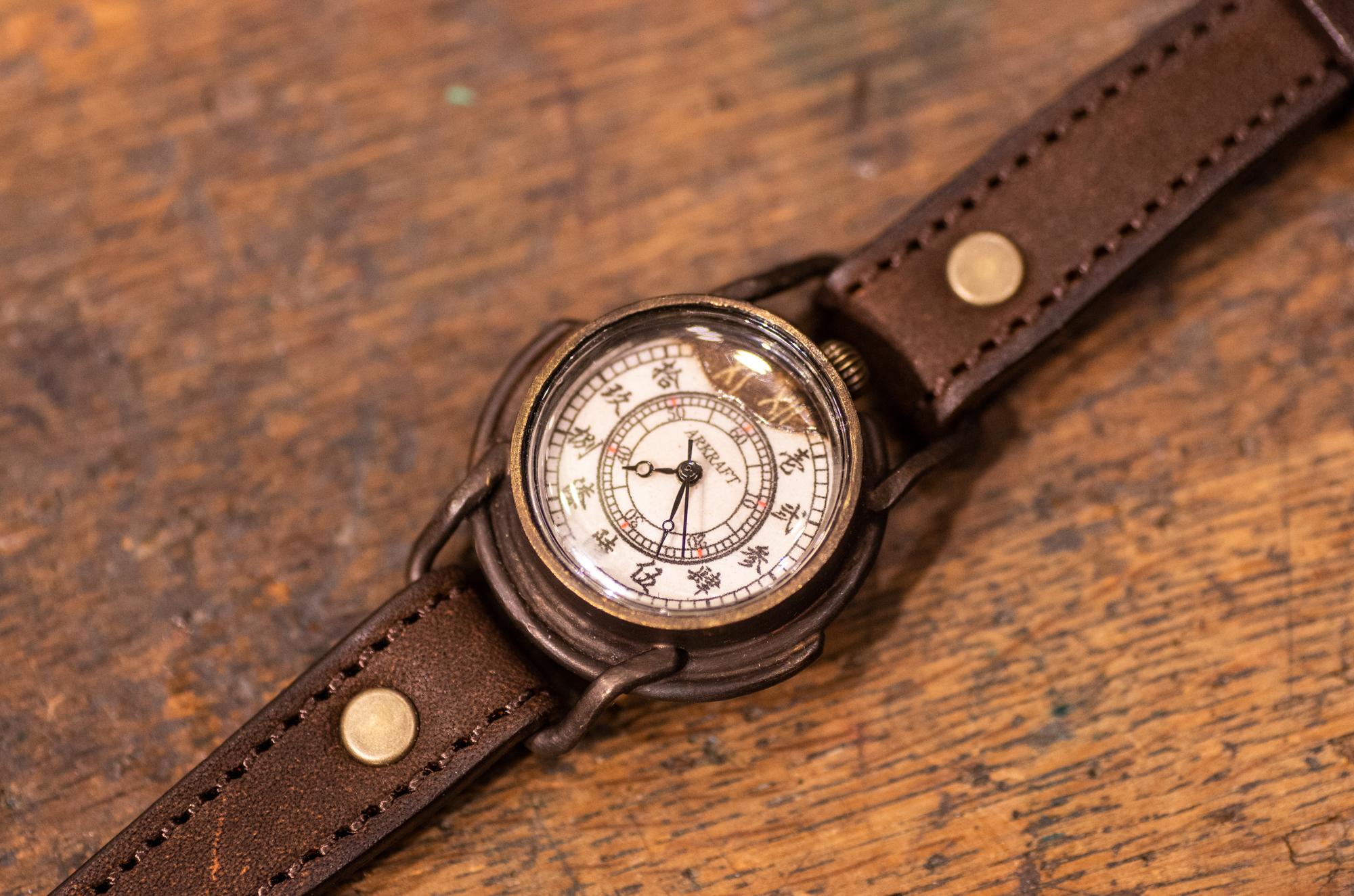 文字盤の一部を焼いた小ぶりな腕時計(Curtis Small/店頭在庫品)