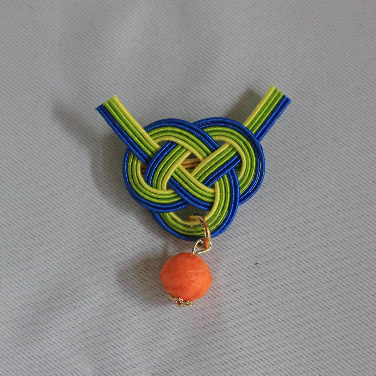 オレンジ和紙玉と青色緑色あわじ水引結びブローチ