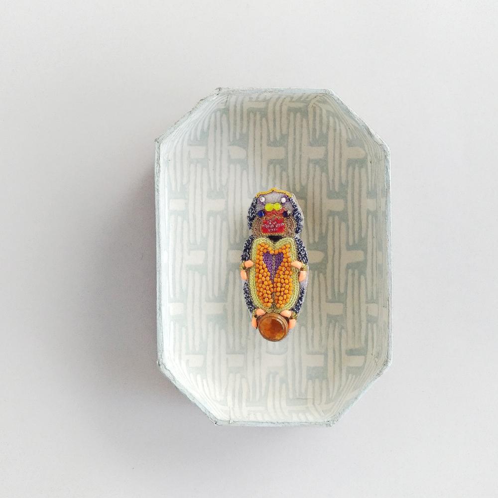 オレンジ虫ブローチ