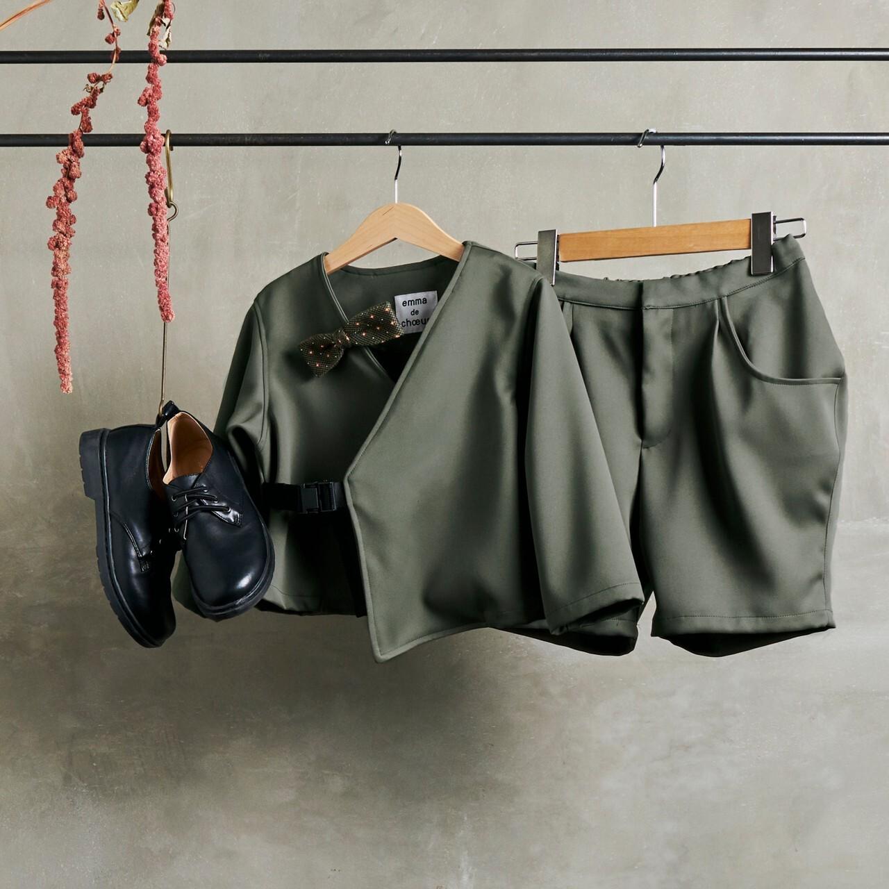 7.【レンタル】バックル付ジャケットスーツ(カーキ・Mサイズ110~120)