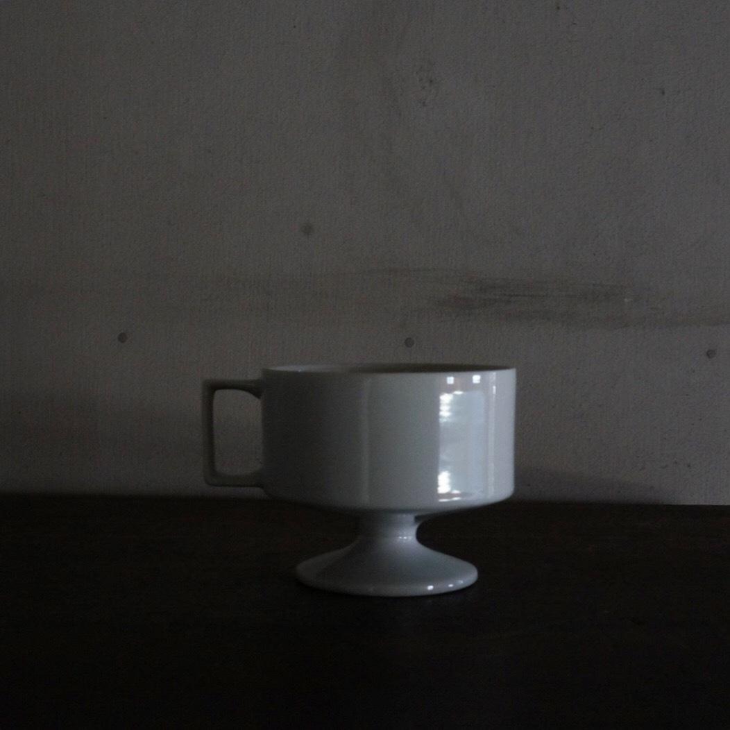古い国産の白磁脚付カップ