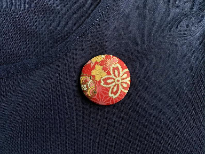 赤色桜柄和紙缶バッチ