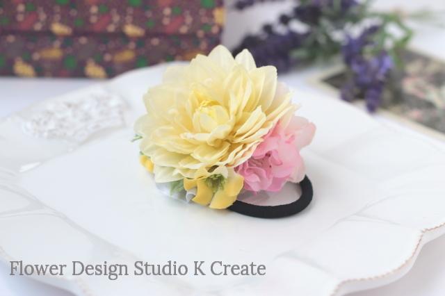 クリーム色のダリアのヘアゴム お花 ヘアゴム 髪飾り おでかけ ヘアアクセサリー