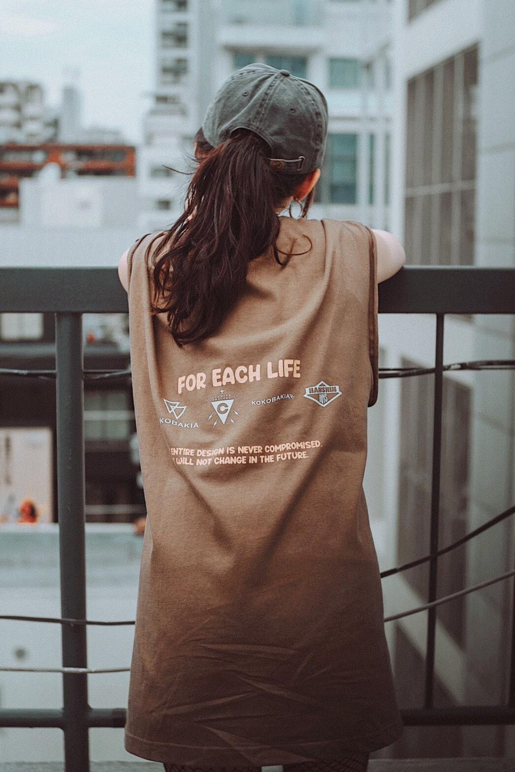 KOKOBAKIA ロゴ カットオフ Tシャツ