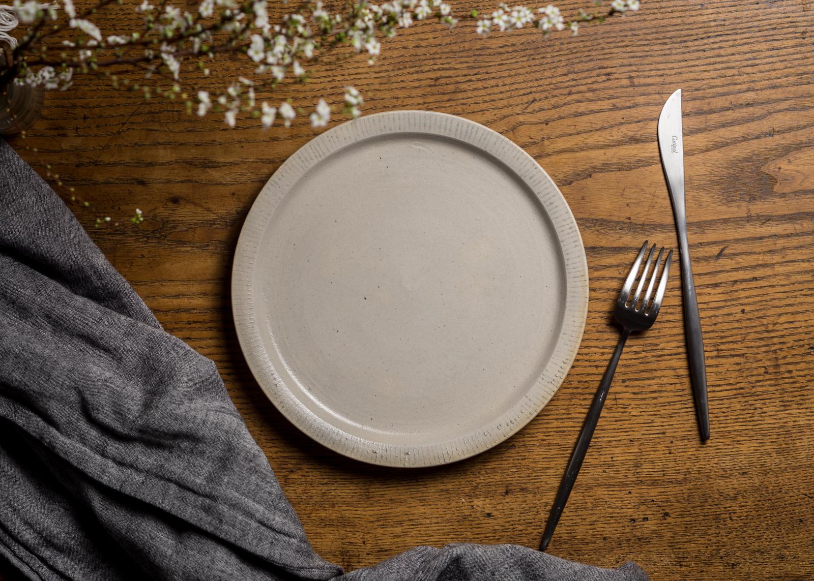 7寸 プレート白化粧にリム線刻(白)(リムプレート・中皿・22cm皿)/鈴木美佳子