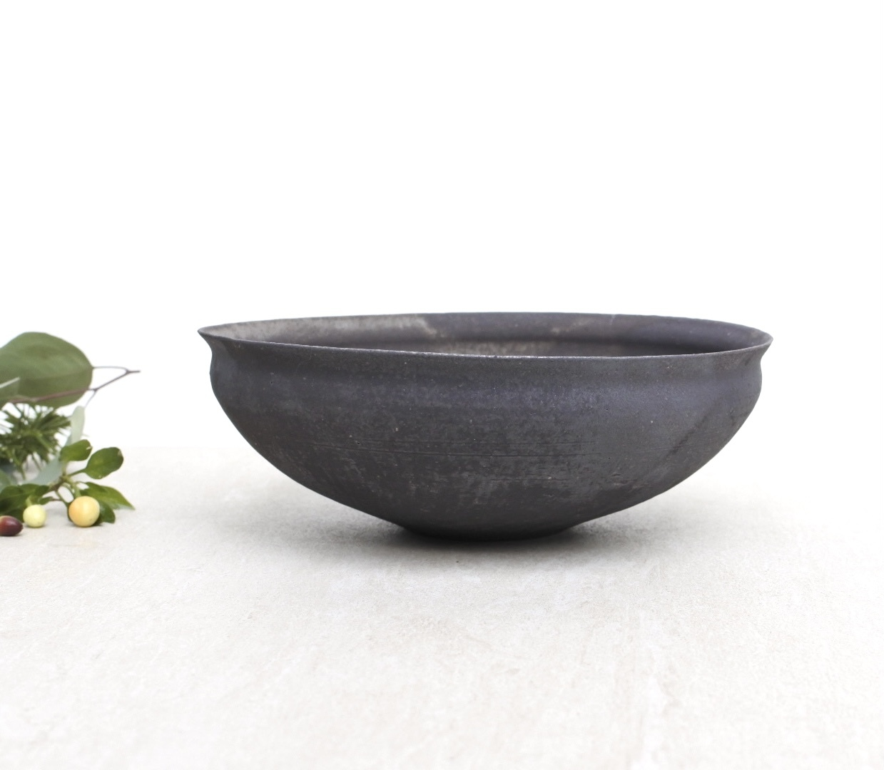 高田志保/黒釉 リム 八寸鉢