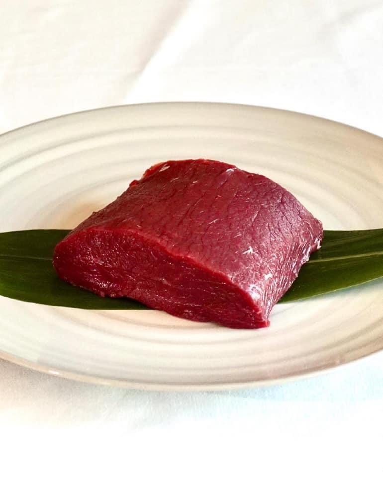 【冷凍】マノワのこだわり鹿肉のロース肉300gのステーキ肉。