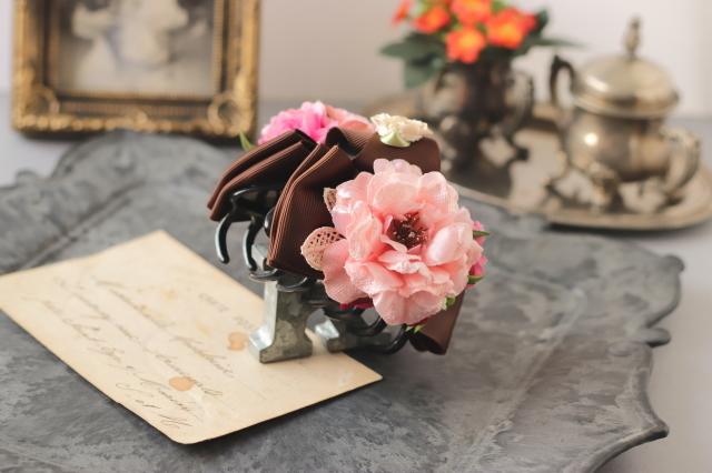 ピーチピンクの薔薇と白いベリーのバンスクリップ 髪飾り ヘアクリップ ブラック 茶 結婚式 参列 フォーマル バラ お出掛け