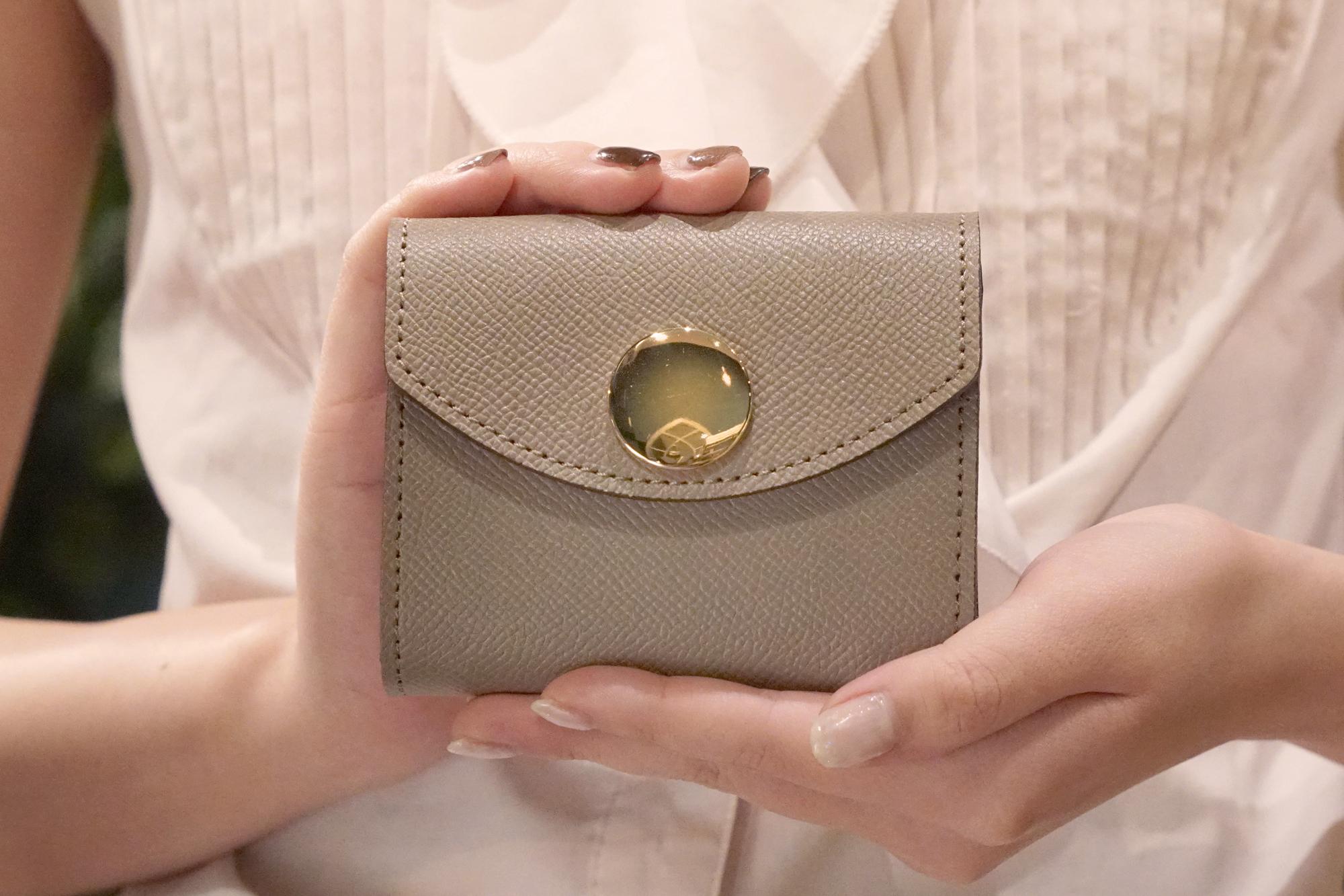 【限定色】身軽にキメたい時のコンパクト財布|ビッグボタン型/パーティーレザーグレージュ(本革製)