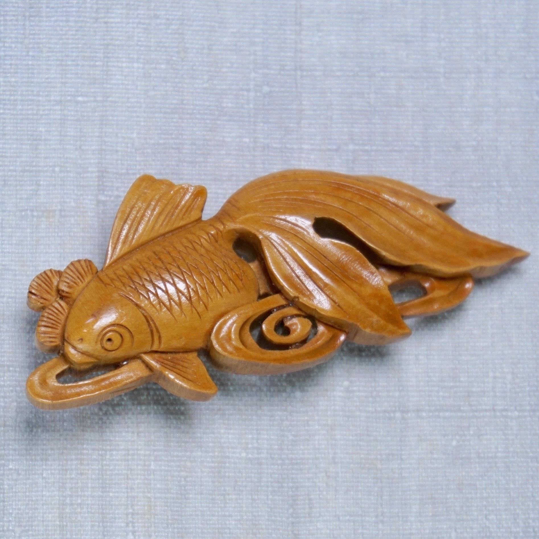 木彫金魚帯留