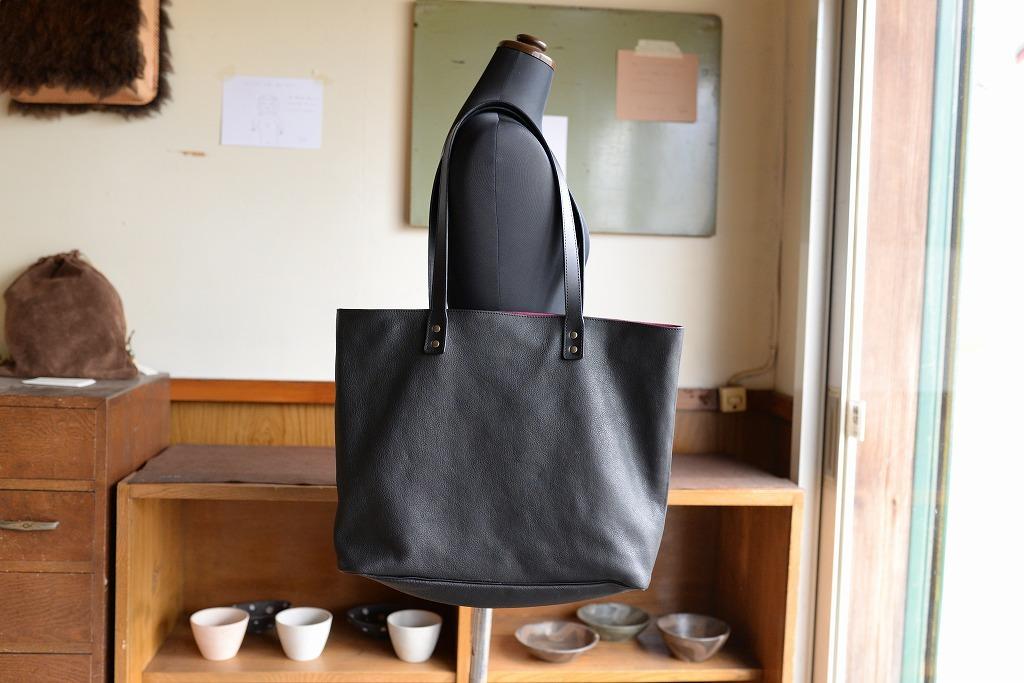 黒い牛革の軽いトートバッグ