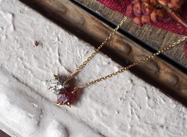 原石のガーネットとパイライトのネックレス