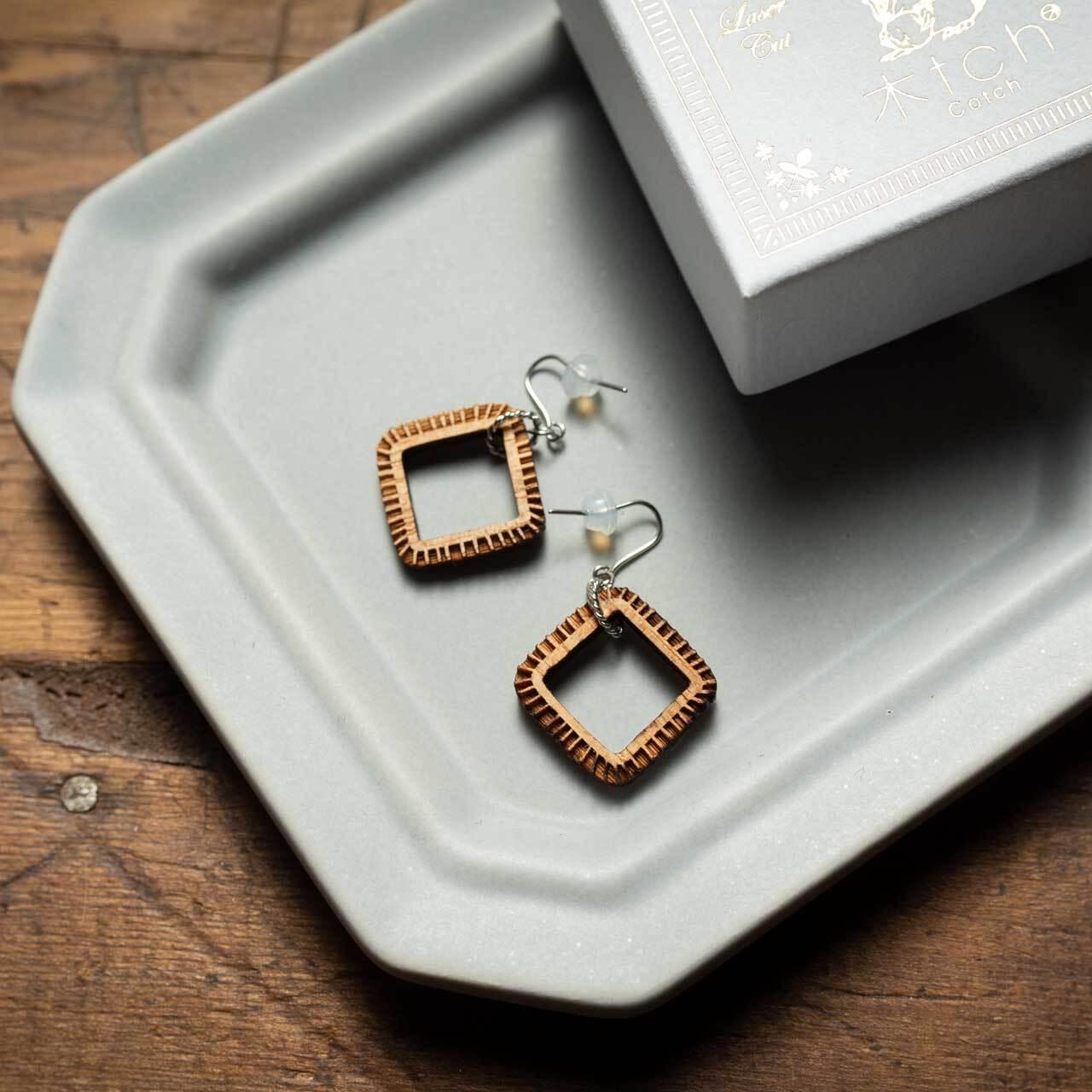 wonky square / 歪んだ四角(Pierced Hang)