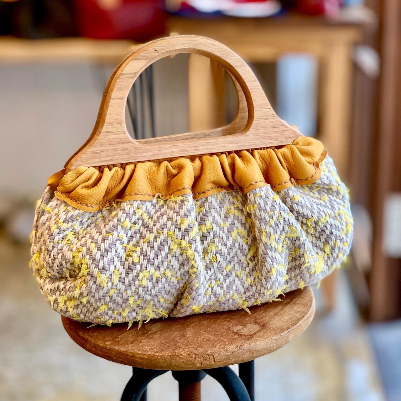 木の持ち手の手織りバッグ