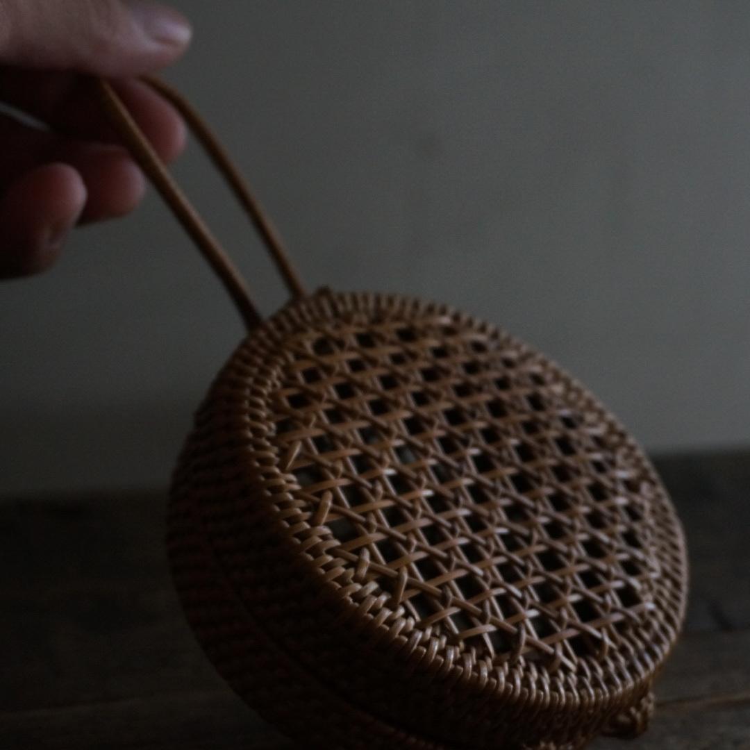 古い国産の籐小物入れ