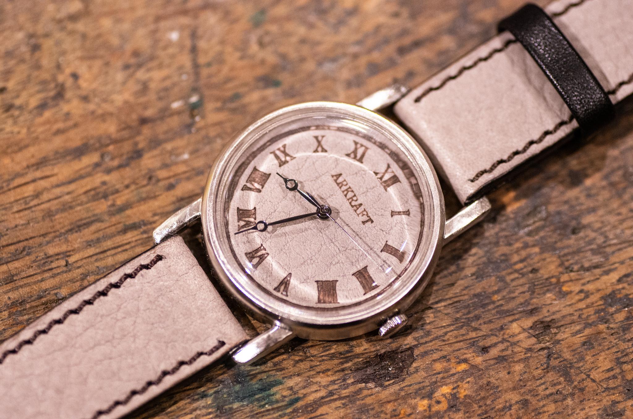 焼き印でローマ数字を入れた革文字盤の大き目の腕時計(Dennis Large Gray/店頭在庫品)