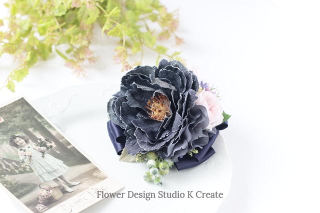 ブラックデニムピオニーと薔薇のコサージュ(2Way クリップ付き) ナチュラル デニムのお花 バラ