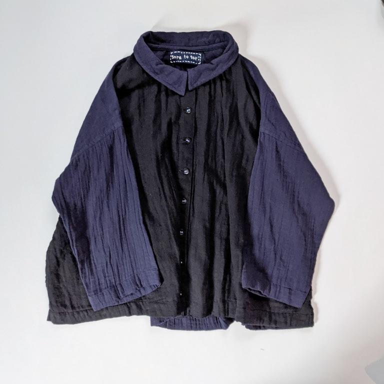 チェンマイ ダブルガーゼの七分袖コットンシャツ 前が黒色