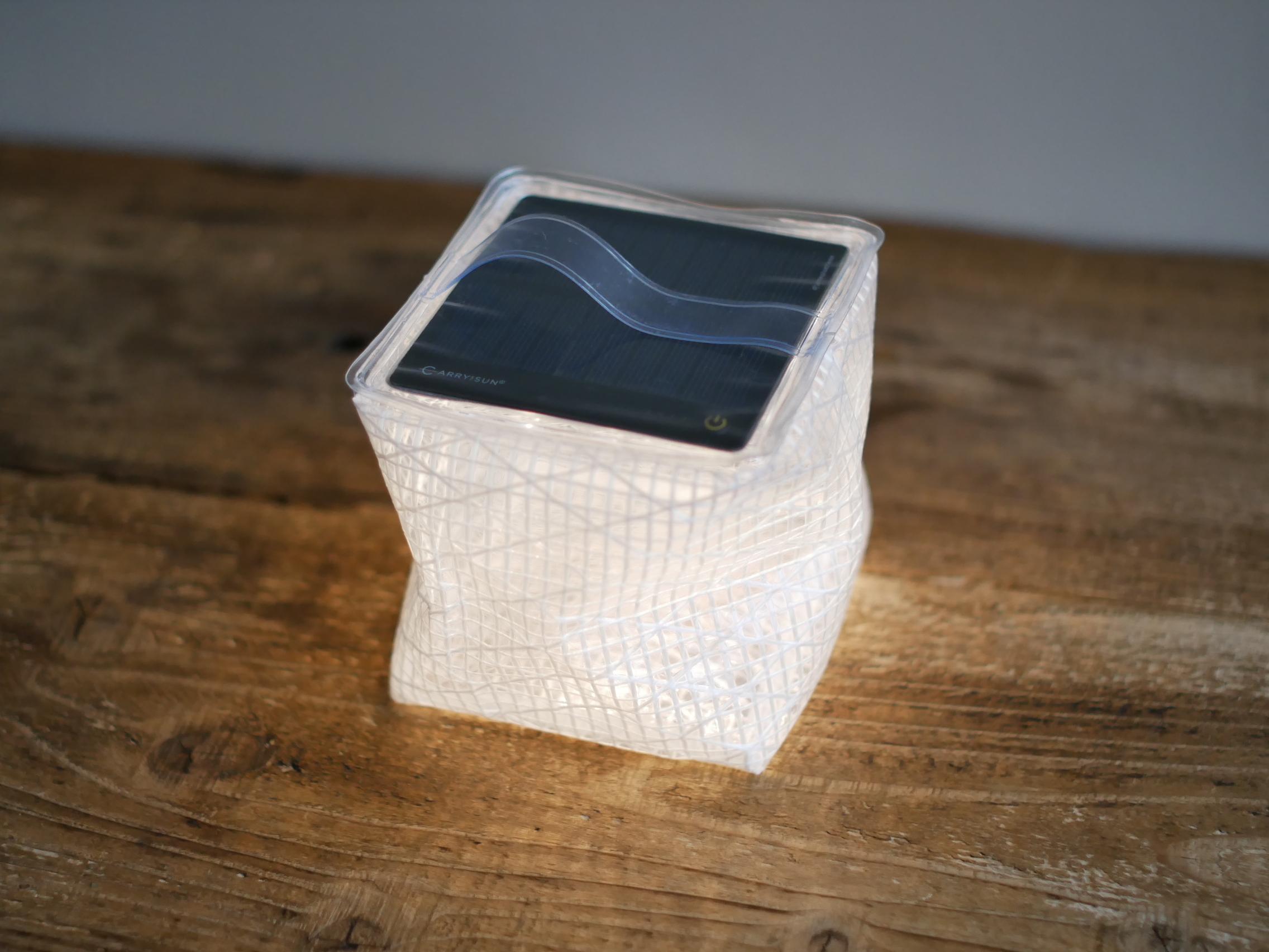 太陽光で充電できるLEDランタン(Medium) / CARRY THE SUN