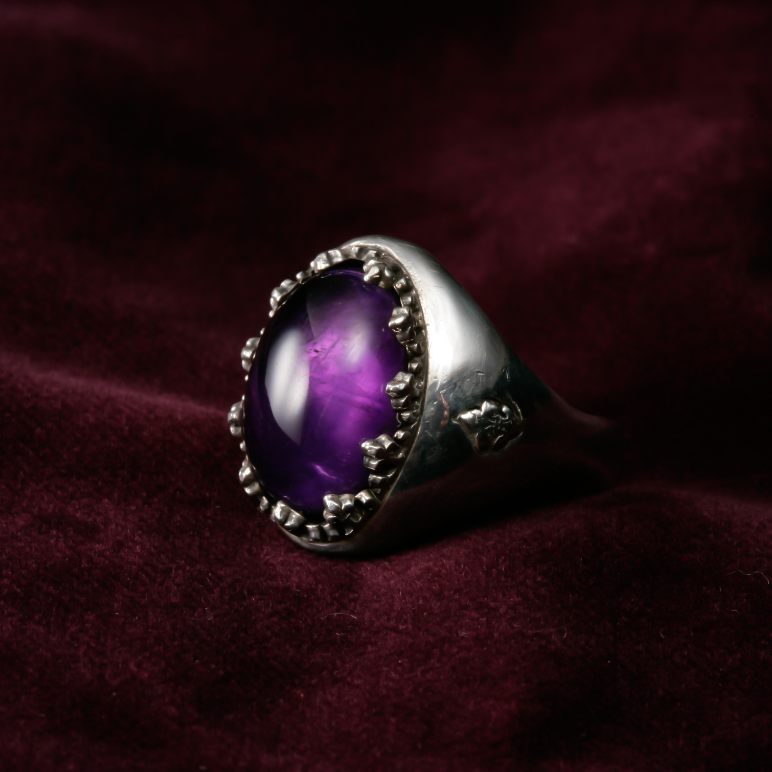 Cabochon Amethyst Ring / with Skull Object