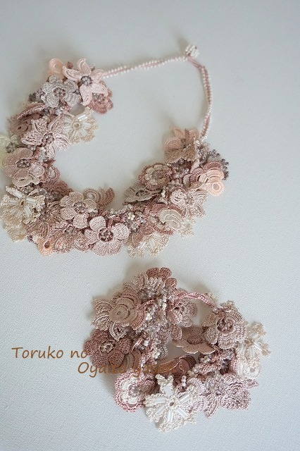 ★セット価格★  フラワーガーデン ネックレス+ブレス セット (アジャスター付き) ベージュ系: FGS1-1